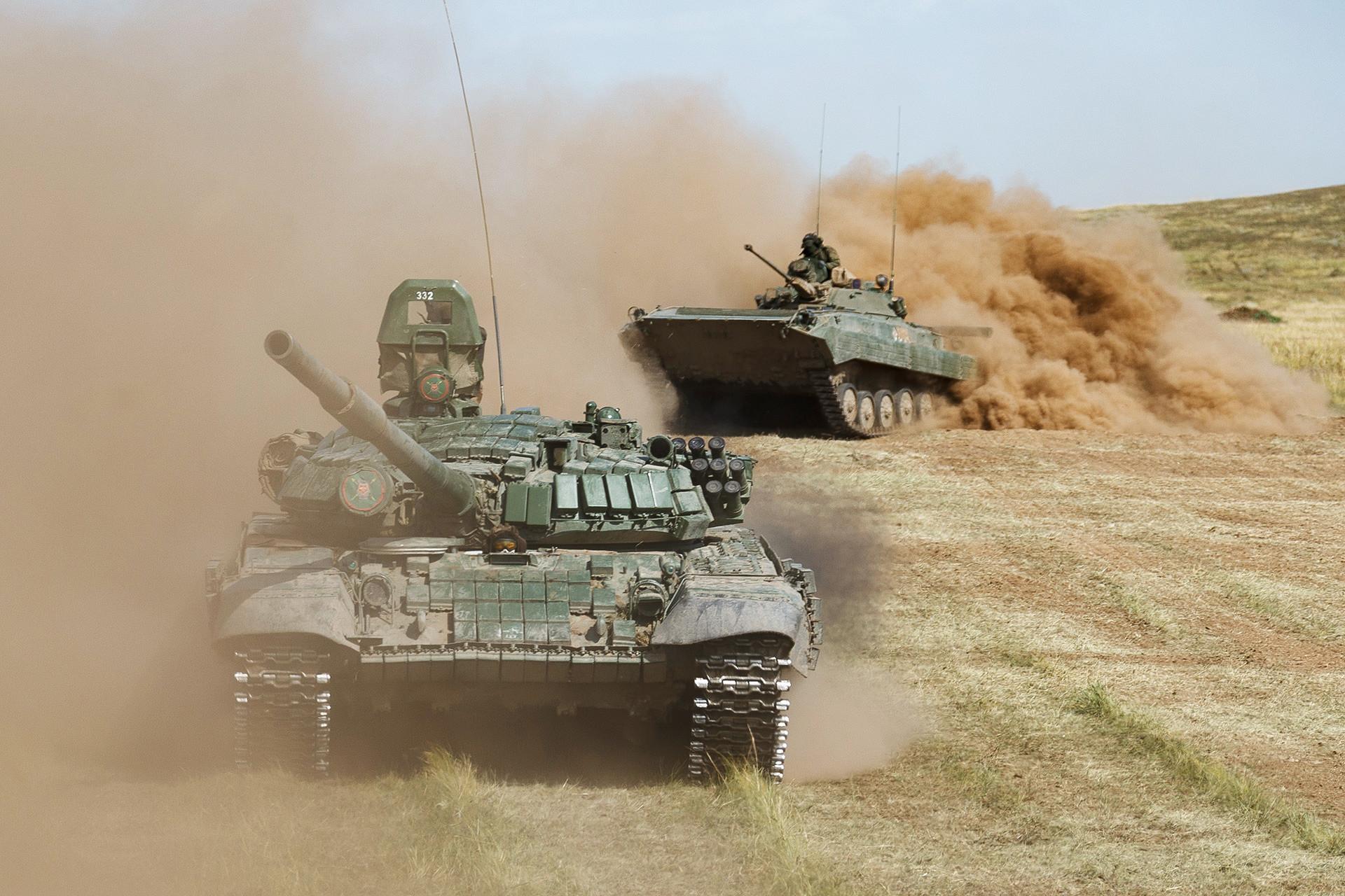 主力戦車「T-72B」(左)。ツゴル演習場で行われた露中合同軍事演習「ボストーク2018」にて。