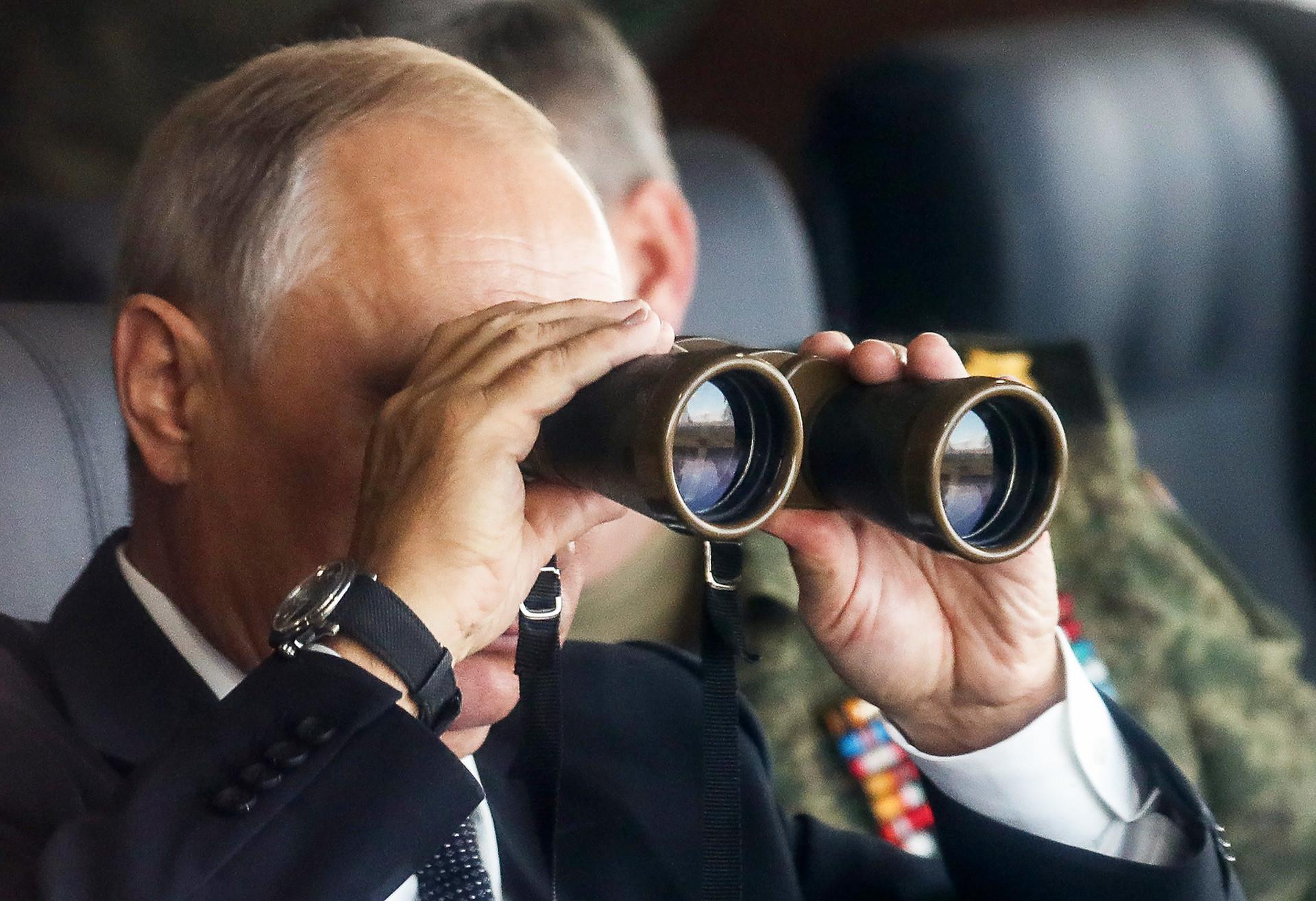 ツゴル演習場で行われた露中合同軍事演習「ボストーク2018」の重要な場面を見るため訪れたロシアのウラジーミル・プーチン大統領。