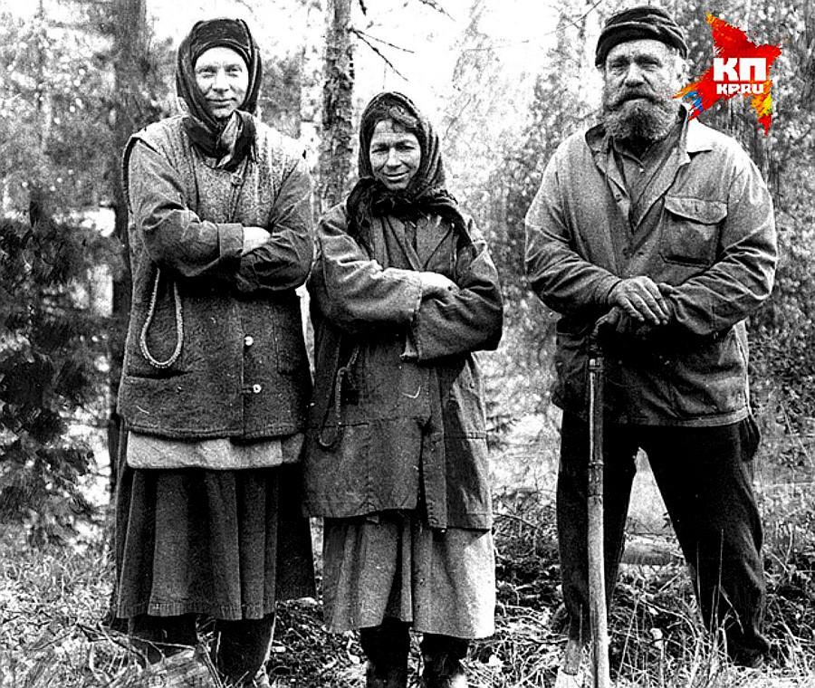 Agafia (en el centro) y su padre, Karp, 1982.