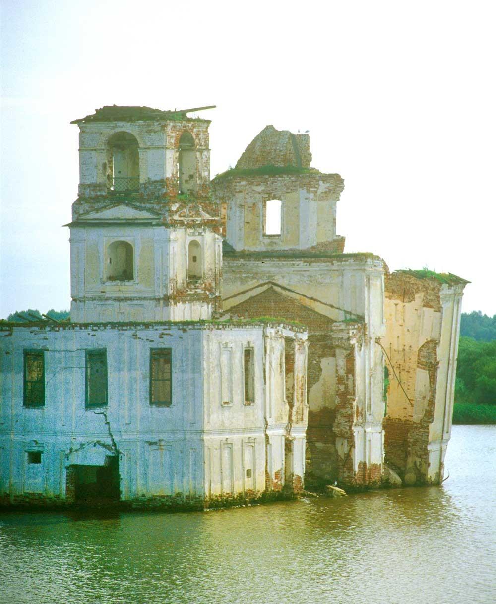 Krokhino. Gereja Kelahiran Kristus, pemandangan barat daya dari Sungai Sheksna. 14 Juli 2007.
