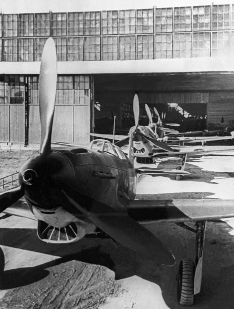 Il-2, parkiran pred tovarno v Samari, 1943.