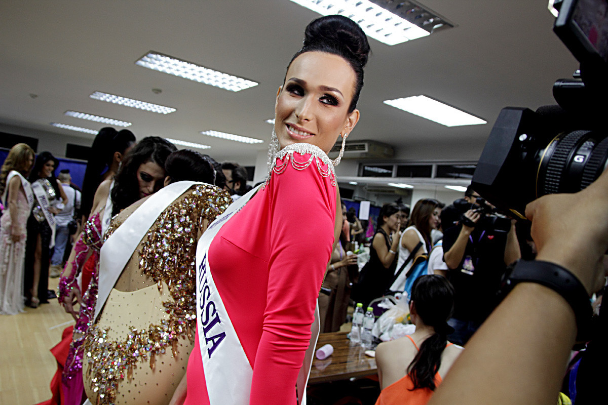 Kontestan Veronika Svetlova dari Rusia mempersiapkan diri di belakang panggung sebelum pertunjukan final kontes kecantikan transgender Miss International Queen 2014 di teater Tiffany's Show di kota Pattaya.
