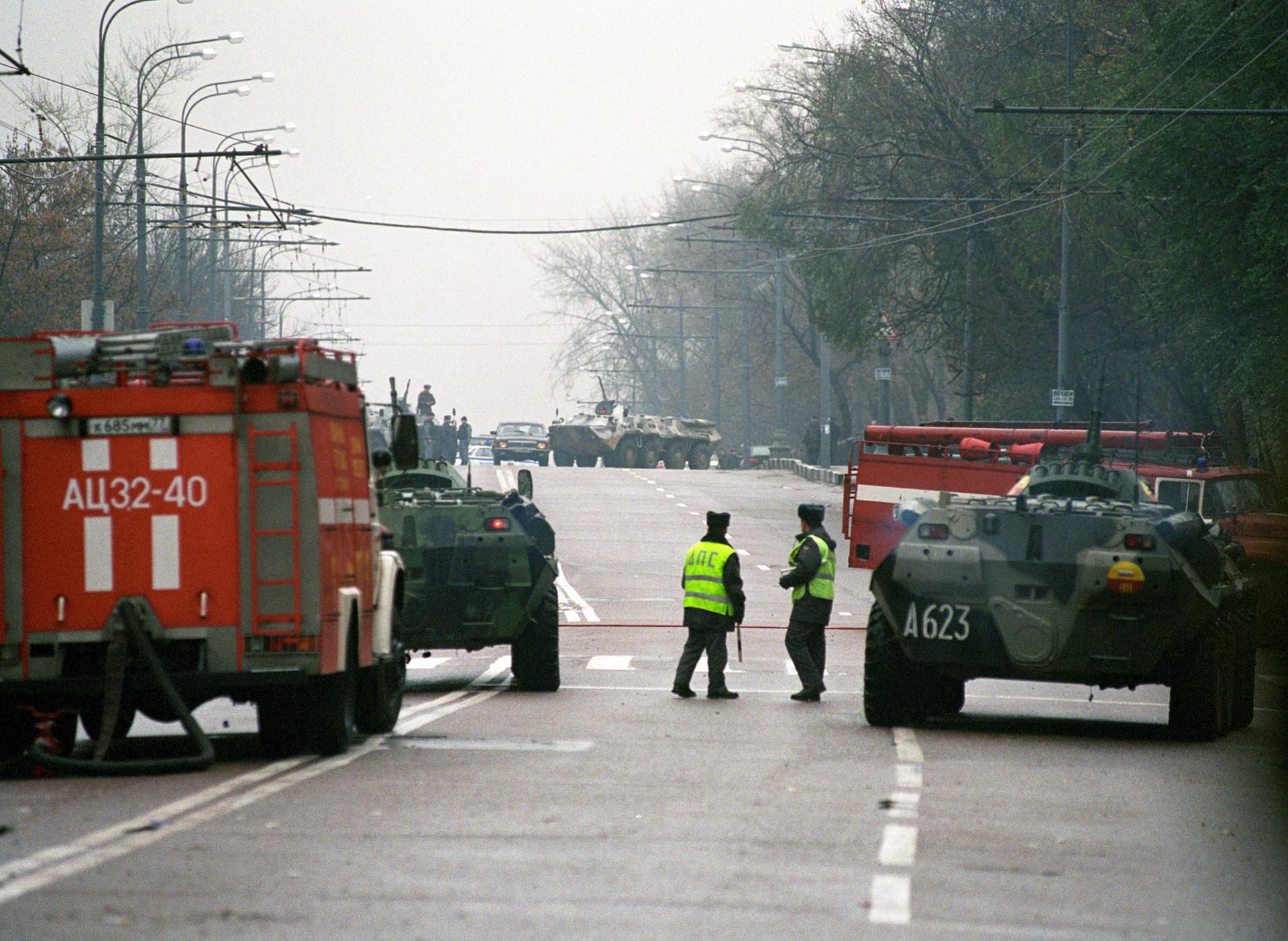 Polizeibeamte und Militärausrüstung in der Nähe vom Moskauer Dubrowka-Theater, wo während der Aufführung des Musicals