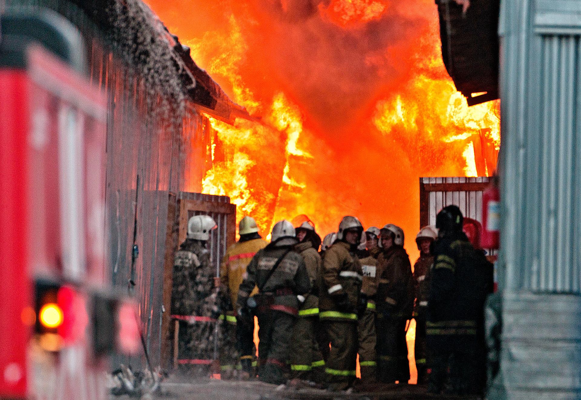 Brand auf einem Kleidungsmarkt