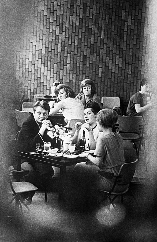 若者のためのコーヒー・ショップ「青い鳥」にて。1964年。