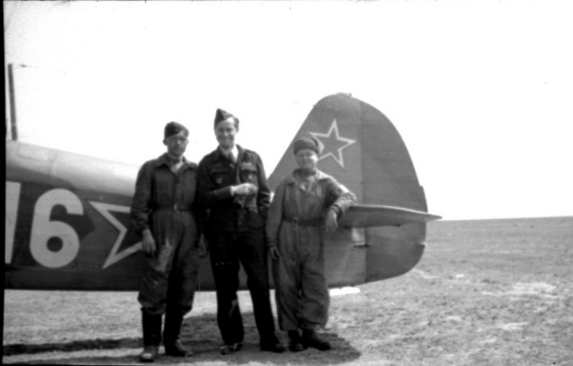 Devant leur Yak-7T: le pilote français Yves Mourier (au milieu), âgé de 32 ans  et  son mécanicien russe Valentin Ivanovitch Ogourtsov, âgé de 18 ans  (à droite).  Il s'agit des membres de la célèbre escadrille Normandie-Niemen.