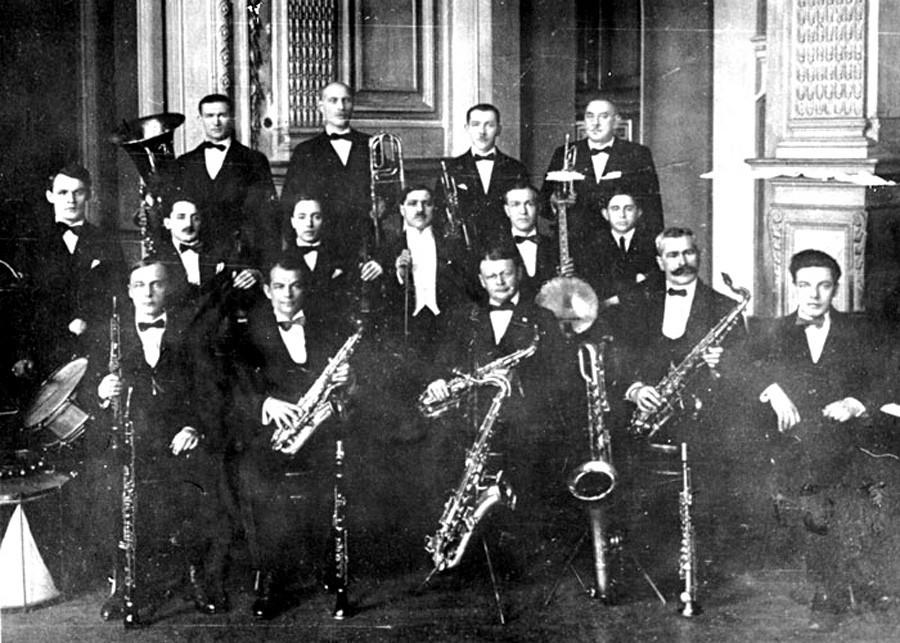 A primeira banda de jazz de Teplitski (com ele no centro). Leningrado, 1927.