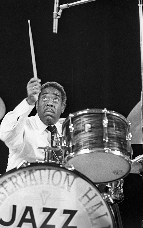 Alonzo Stewart, baterista da New Orleans Jazz Orchestra, em show no Moscow Variety Theater. 1979.