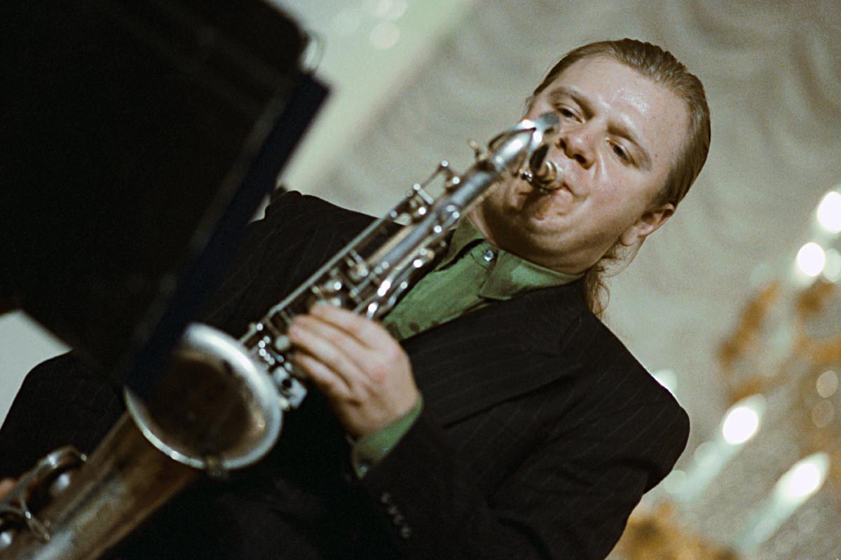 O maestro de jazz russo Ígor Butman tocando em Moscou em 1992.
