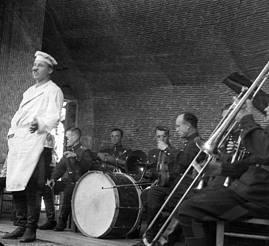 Tanquistas em sua primeira celebração após a vitória sobre Berlim ao som de orquestra de jazz do exército.