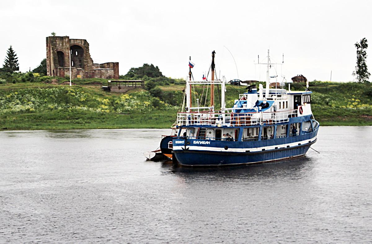 ロシア、ヴェリーキー・ノヴゴロド。 リューリコヴォ・ゴロジシェ付近のヴォルホフ川を進む旅客船「ユリイ・バラバン」。