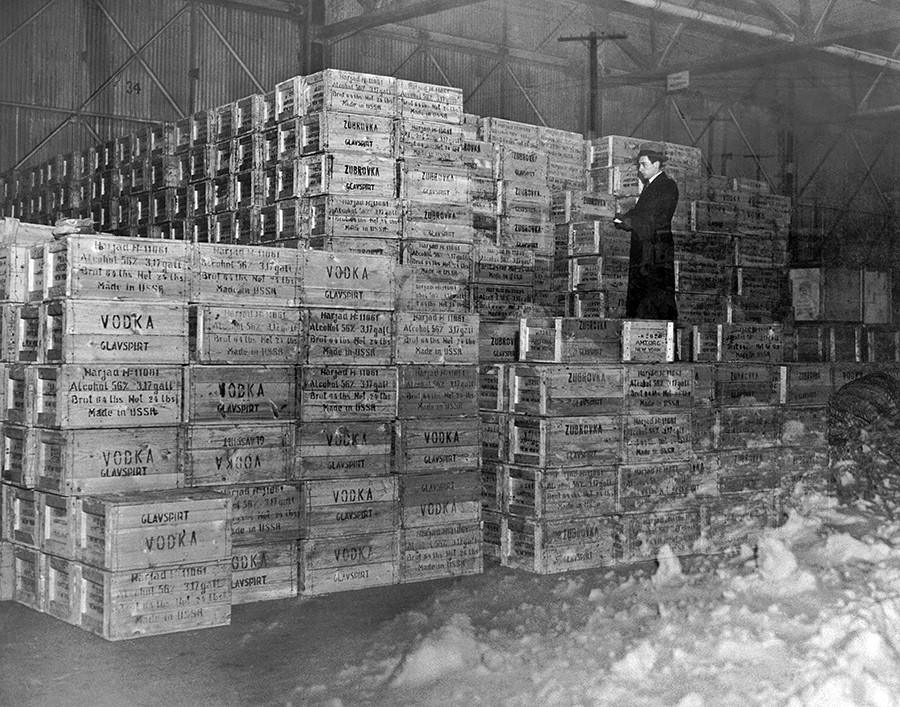 Первая партия водки из России с момента окончания сухого закона 5 декабря, 1933 г. Нью-Йорк, примерно 1934 г.