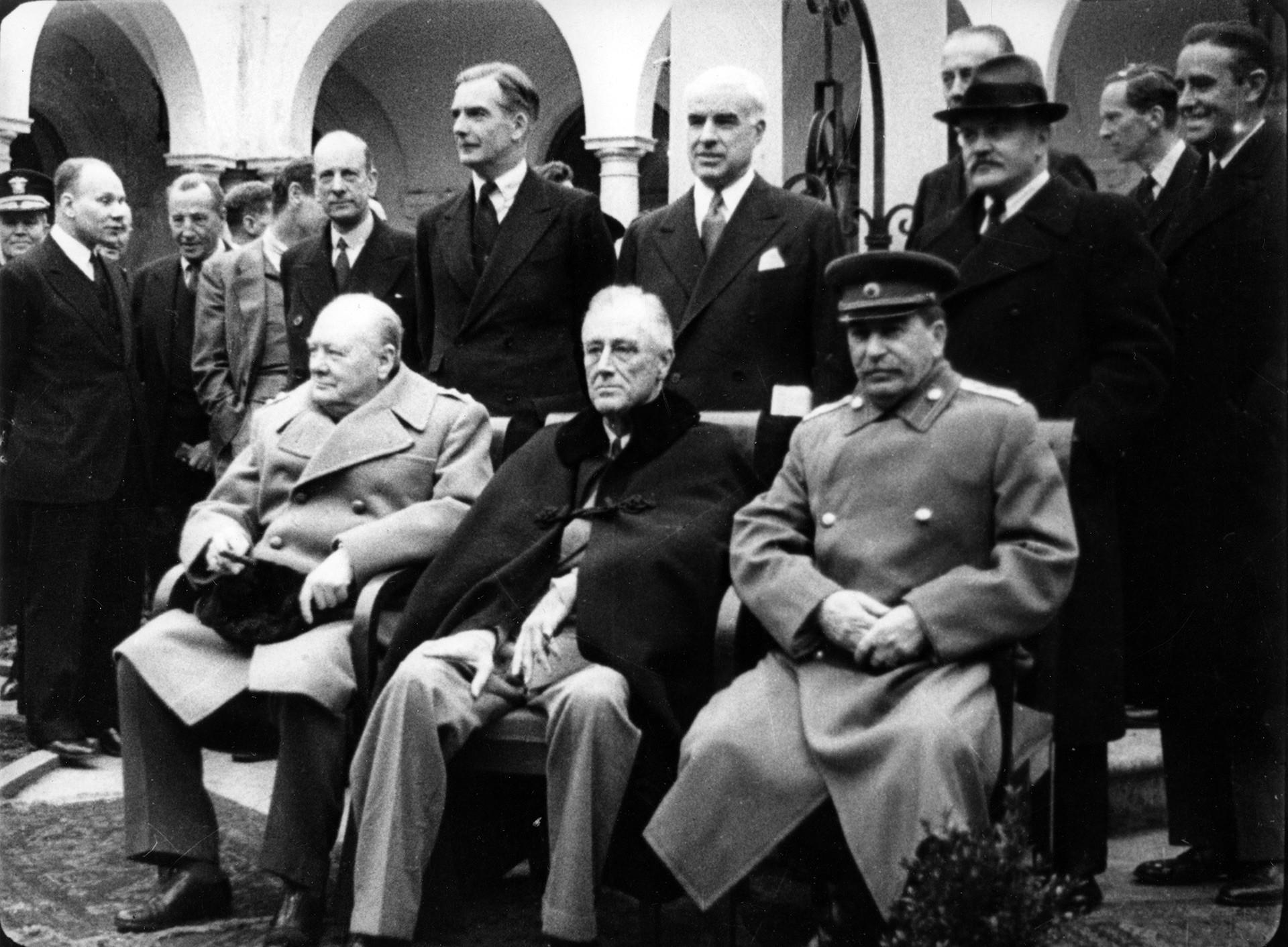 """""""Големата тројка"""" на Конференцијата во Јалта. На сликата: (одлево надесно) Јосиф Сталин, Френклин Рузвелт и Винстон Черчил."""
