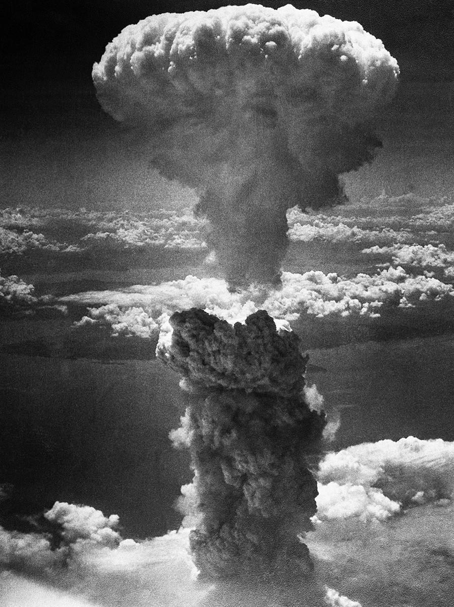 Печурка од експлозија се издигнува 6000 метри над Нагасаки во Јапонија по вториот американски нуклеарен напад на 9 август 1945 година.