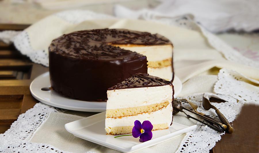 Tarta Ptichie molokó (Leche de pájaro) fue inventada por un pastelero del restaurante Praga en 1974.