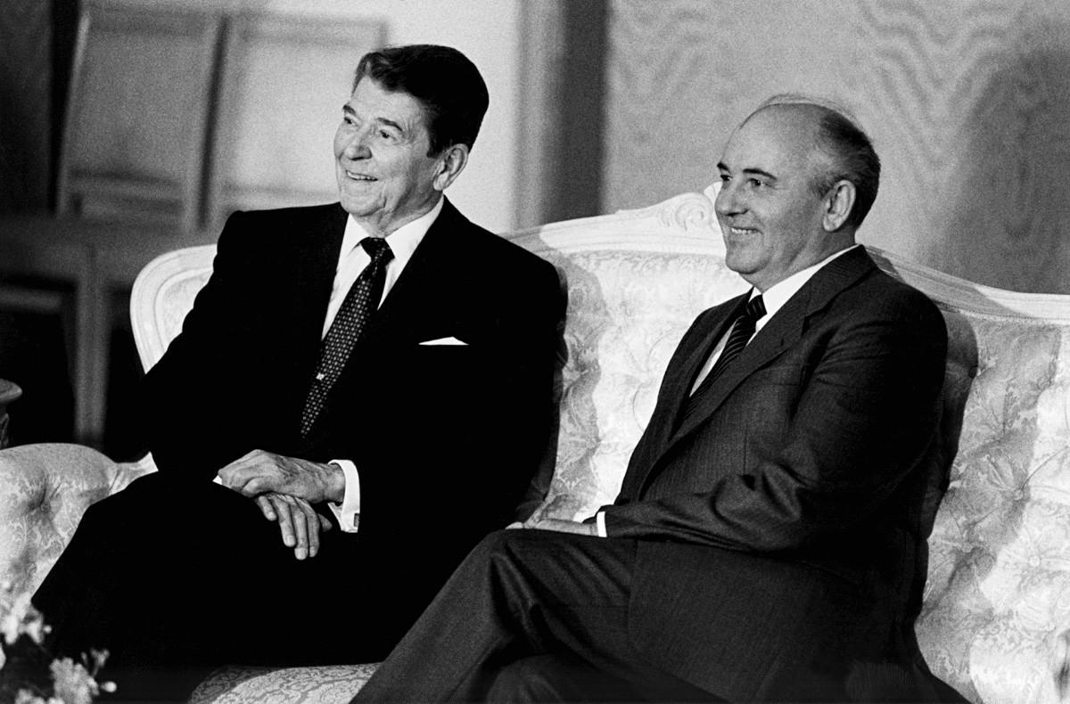 Die Präsidenten der USA und der Sowjetunion beim vierten Gipfeltreffen: Hier unterzeichnen sie den Washingtoner Vertrag über nukleare Mittelstreckensysteme.