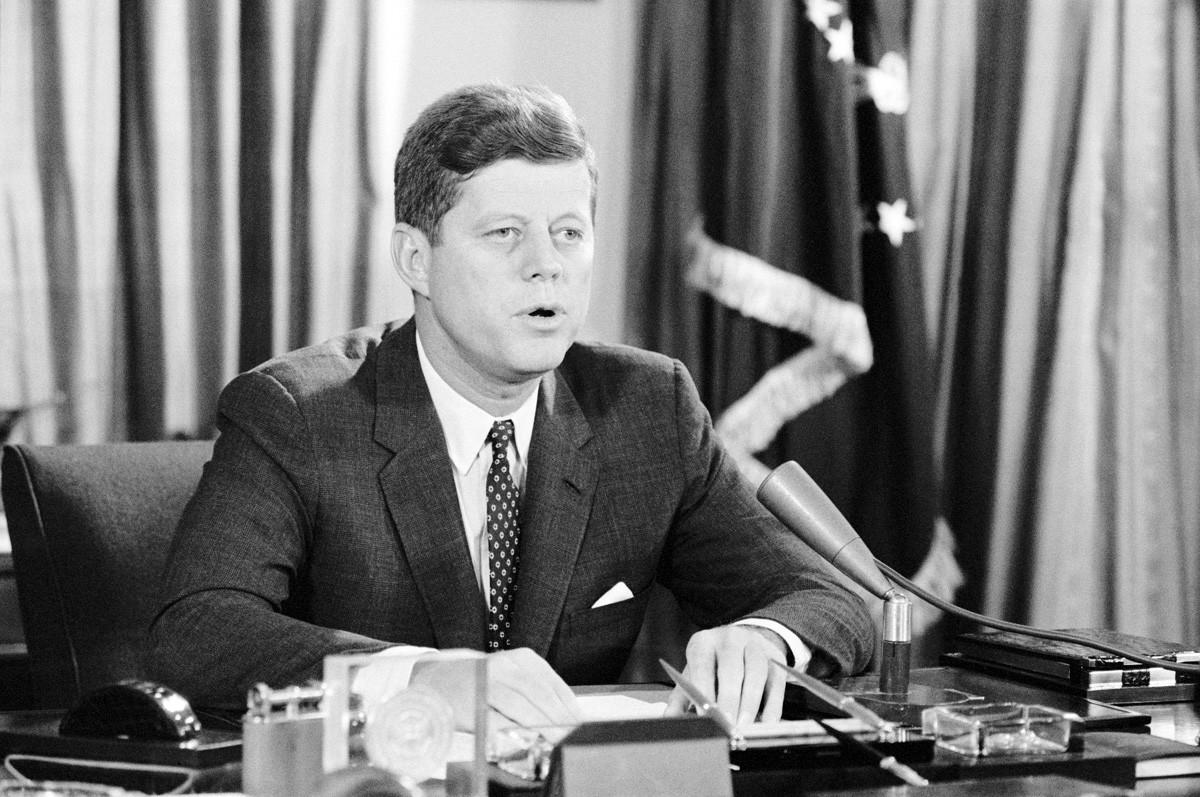 Präsident John F. Kennedy kündigt an, dass die Vereinigten Staaten atmosphärische Tests von Atomwaffen bei Notwendigkeit wieder aufnehmen werden.