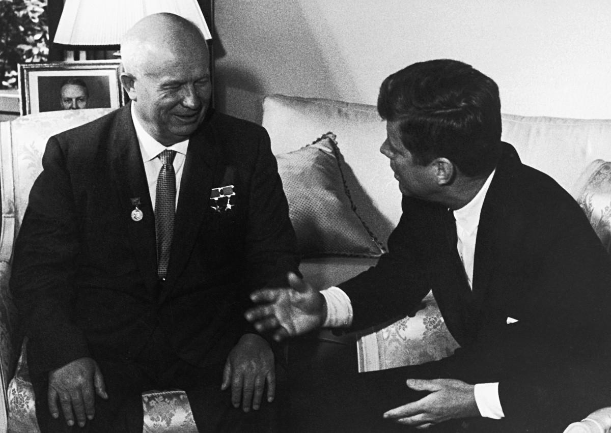 Съветският лидер Никита Хрушчов (вляво) и американският президент Джон кенеди в Посолството на САЩ по време на Срещата на върха във Виена, 2 юни 1961 г.