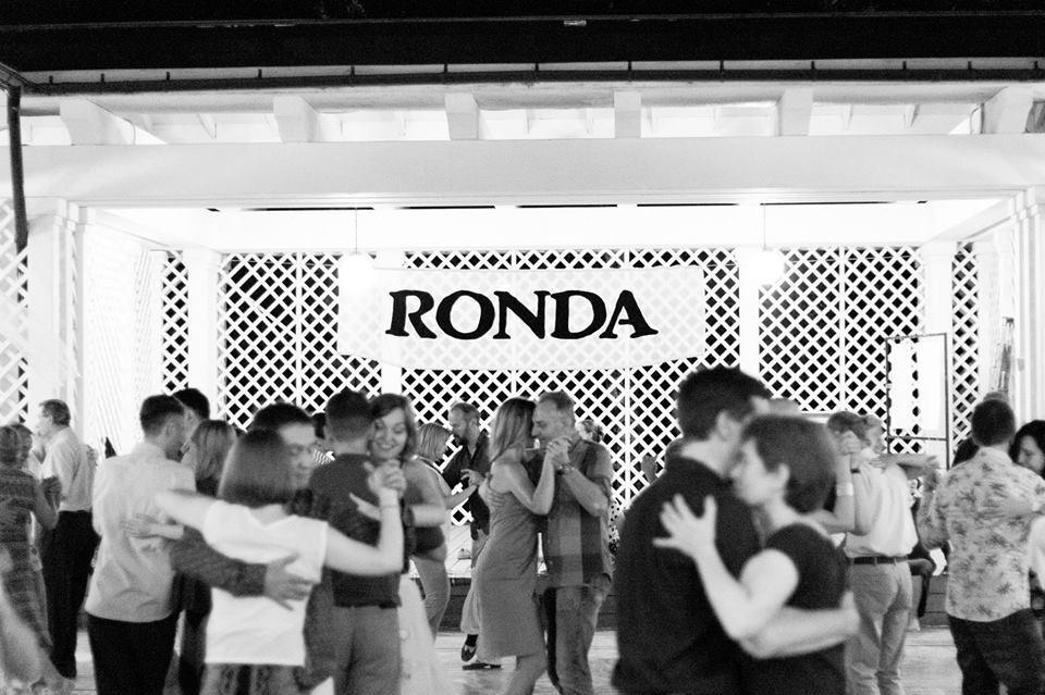 Pista affollata di ballerini alla milonga Ronda di Mosca