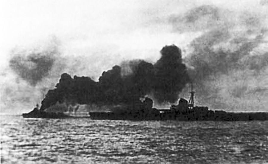 煙に囲まれているソビエトの巡洋艦「キロフ」。1941年8月のタリンの撤退の時。