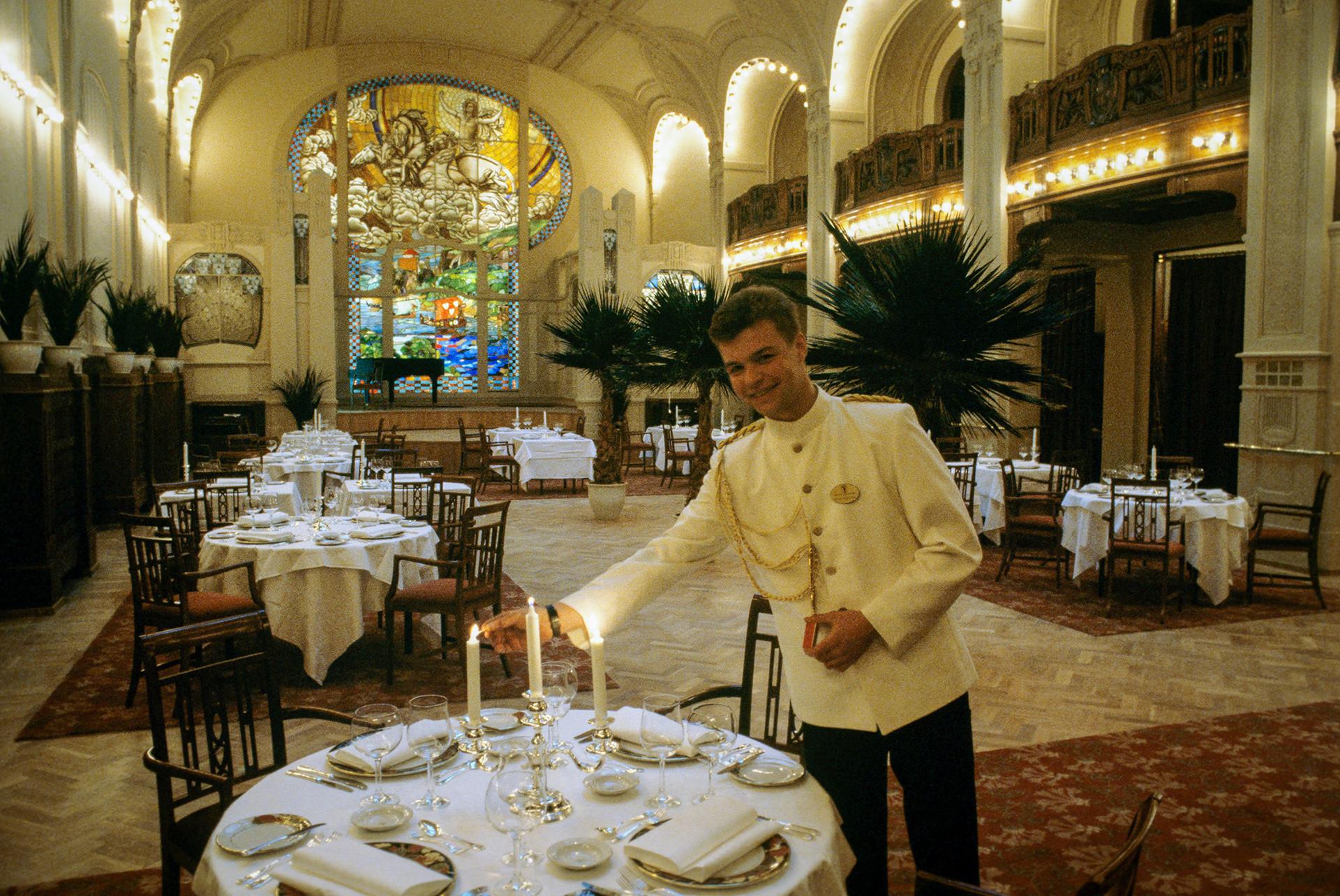 Krysha, bar yang paling eksotis dari empat restoran di Grand Hotel Eropa di bagian paling atas hotel. Para pelayan mengenakan pakaian zaman Peter I.