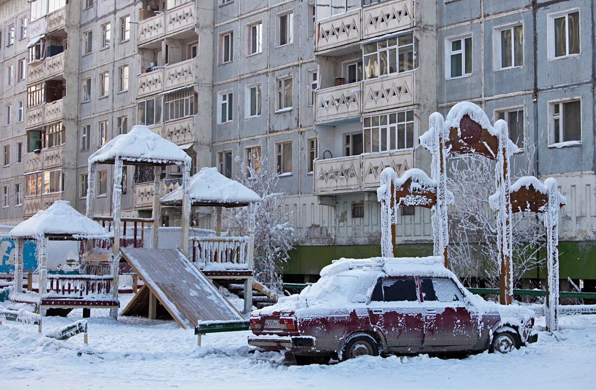 Замрзнут автомобил пред зграда.