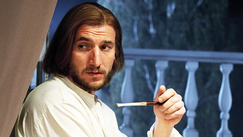 O ator Aleksandr Ustiugov como Bazárov no filme em quatro partes