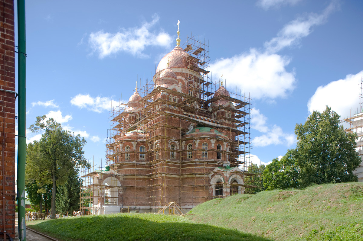 救世主ボロジノ修道院、北東の隅。ウラジーミルの聖母イコン大聖堂。右は、1985年に復元された「バグラチオンの突角堡塁」のセミョーノフスキー角面堡。ここでアレクサンドル・トゥチコフ将軍は戦死した。2012年8月21日。