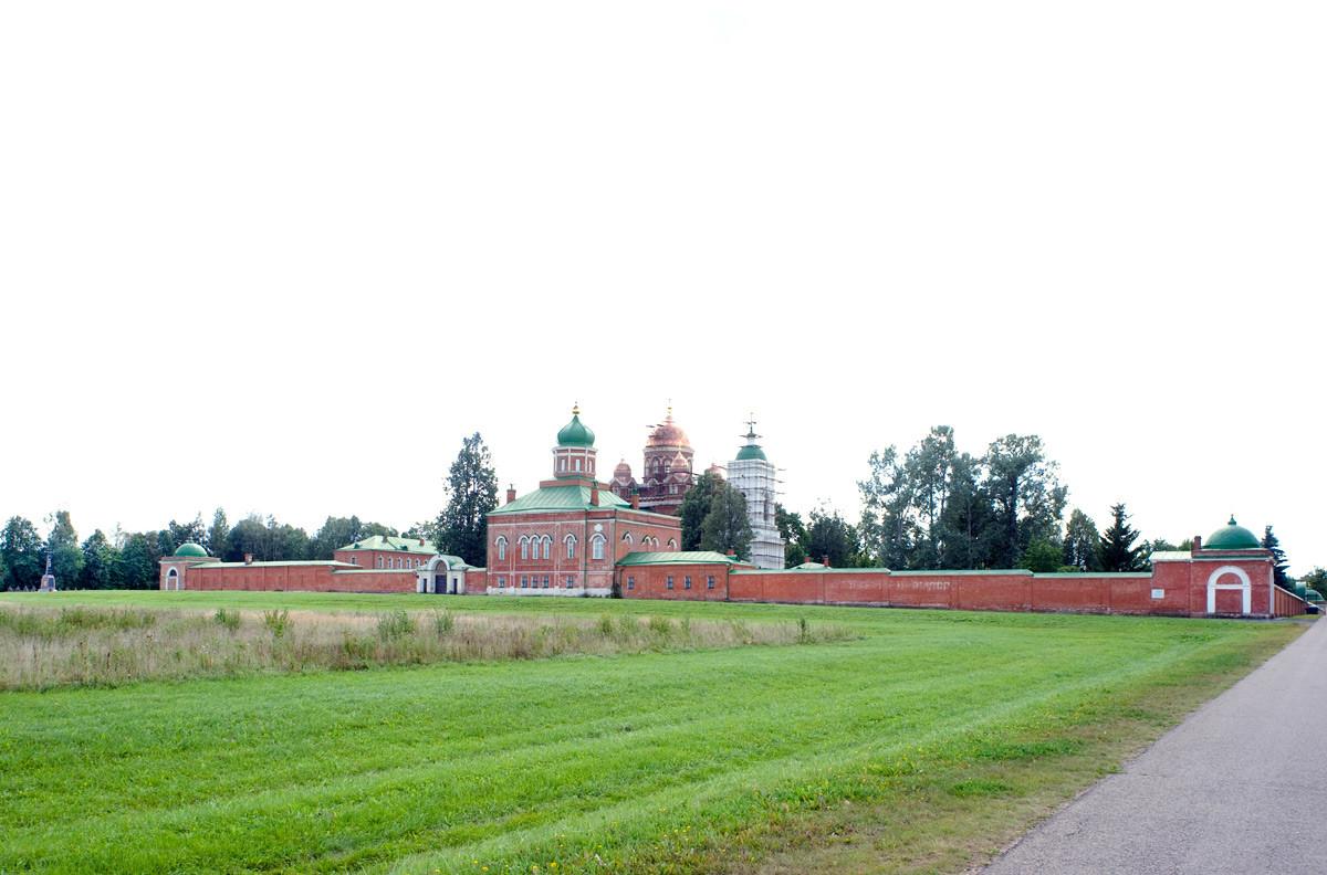 救世主ボロジノ修道院、北東の景観。北の壁、前駆授洗イオアン(洗礼者ヨハネ)斬首記念教会とウラジーミルの聖母イコン大聖堂。2012年8月21日。
