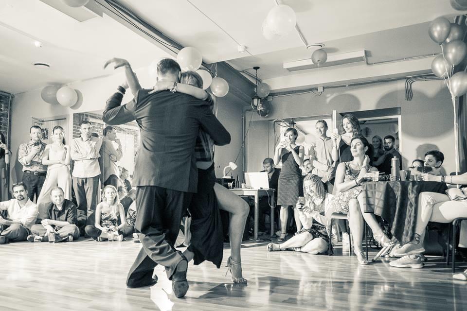 Dançarinos Max Izvekov e Katia Zak durante apresentação na milonga Bien Porteña, em Moscou