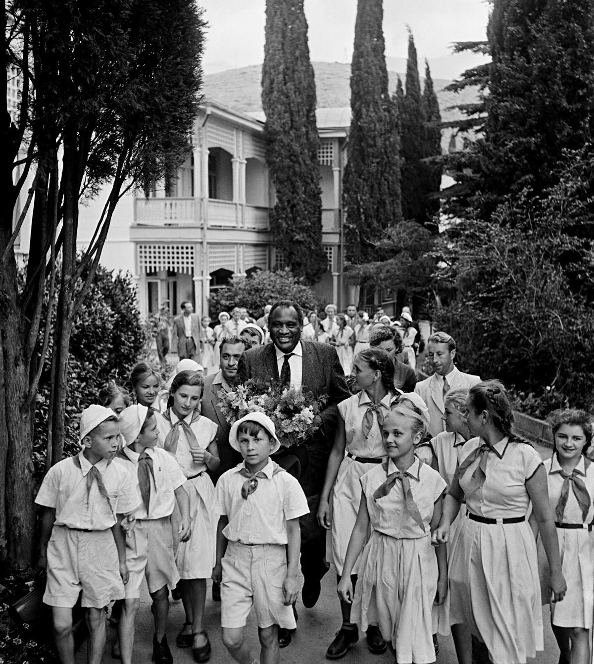 Robeson com pioneiros (movimento soviético equivalente ao dos escoteiros) no acampamento internacional Artek, na Crimeia.