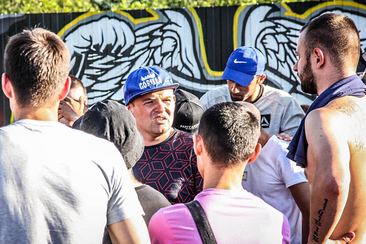 Greg (en el centro) es un artista nato, y sabe cómo convertir una pelea callejera en una actuación en toda regla.