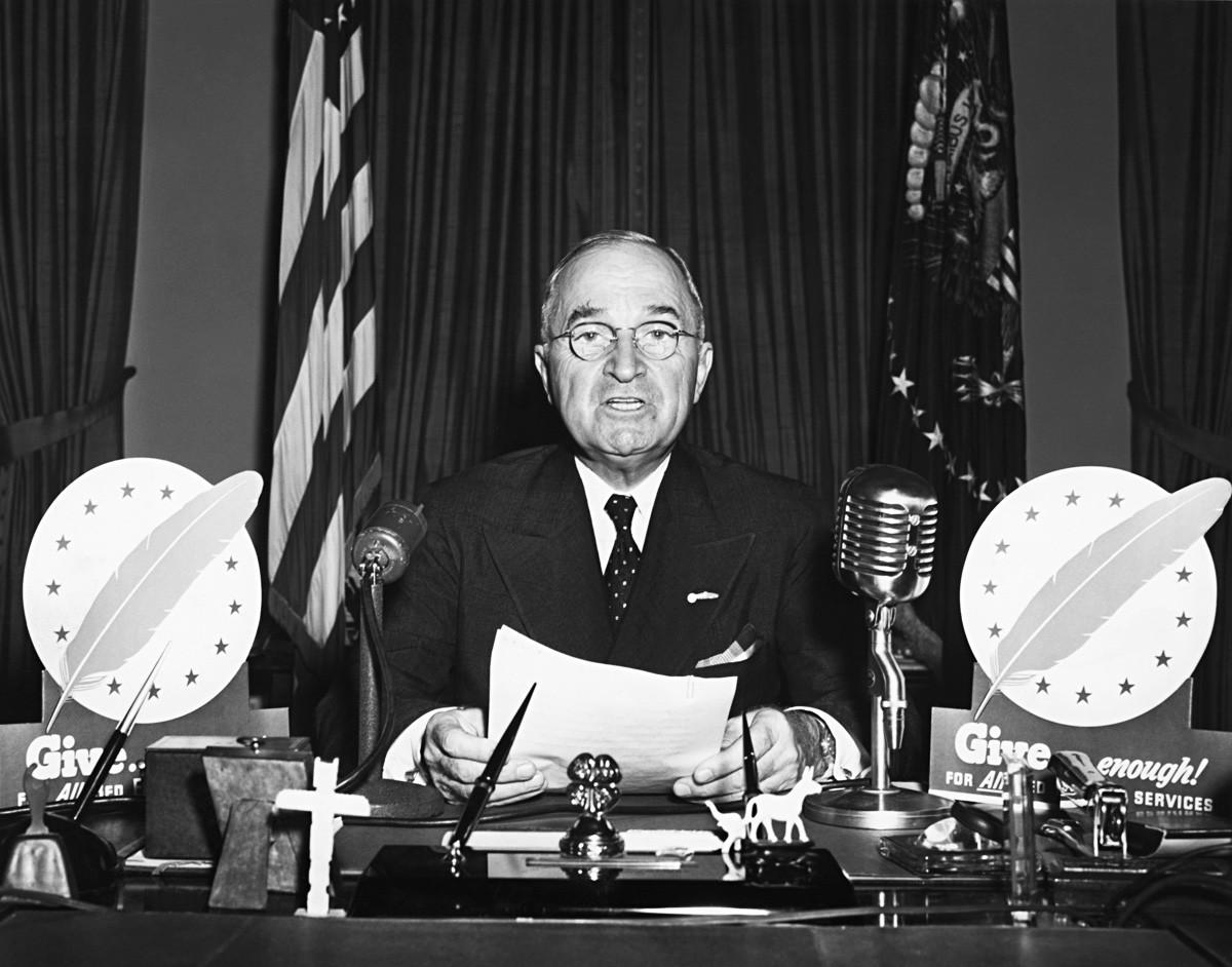 El presidente Harry S. Truman habla durante un discurso televisivo desde la Oficina Oval.