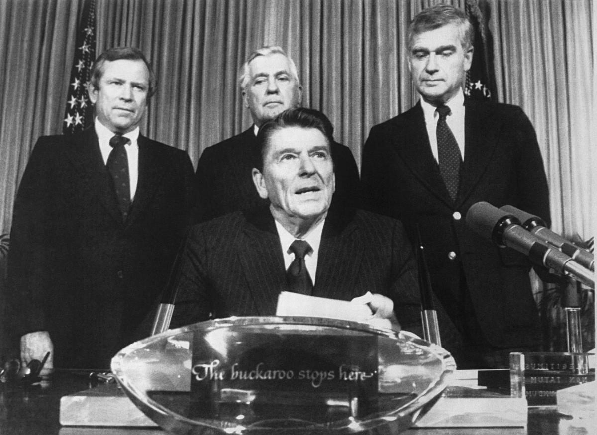Ronald Reagan (en el centro) en la Oficina Oval.