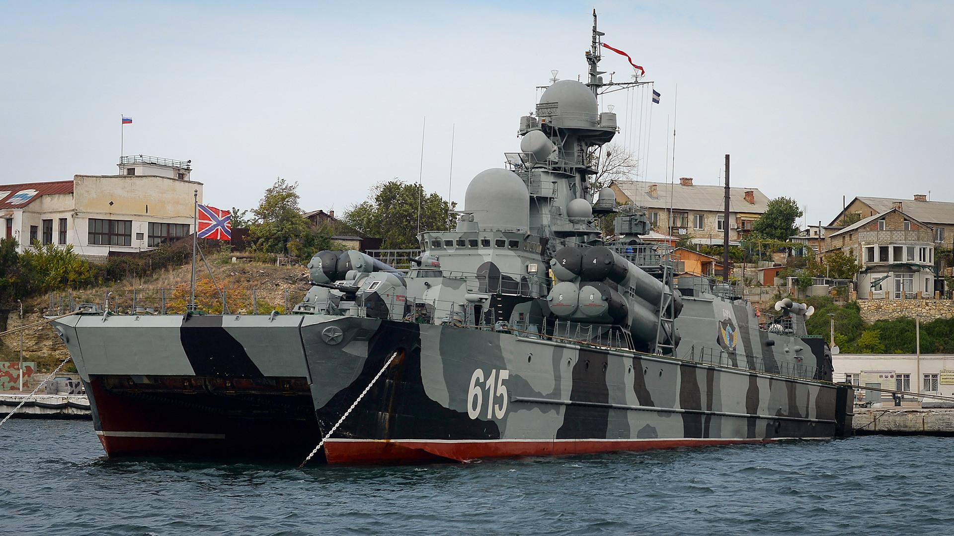 セヴァストポリ港でのボラ級エアクッション・ミサイルコルベット。