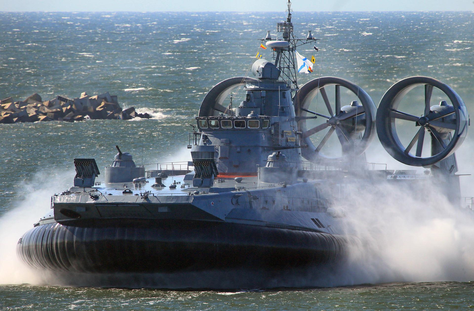 「海軍の日」のパレードの最終予行訓練。小形の上陸用舟艇「エフゲーニイ・コチェシコフ」。バルチースクの運河にて。