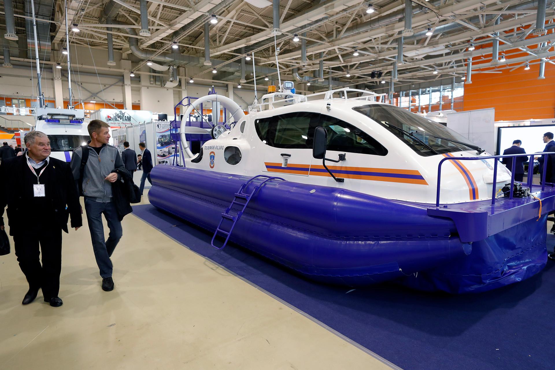 普遍的な交通機関であるXG-8ホバークラフト。全ロシア博覧センターで行われた「Interpolitex-2017」という国際展覧会にて。