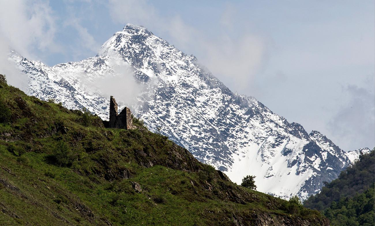 Кавказские горы, вид из заповедника Эрзи, Джейрайский район, Ингушетия.