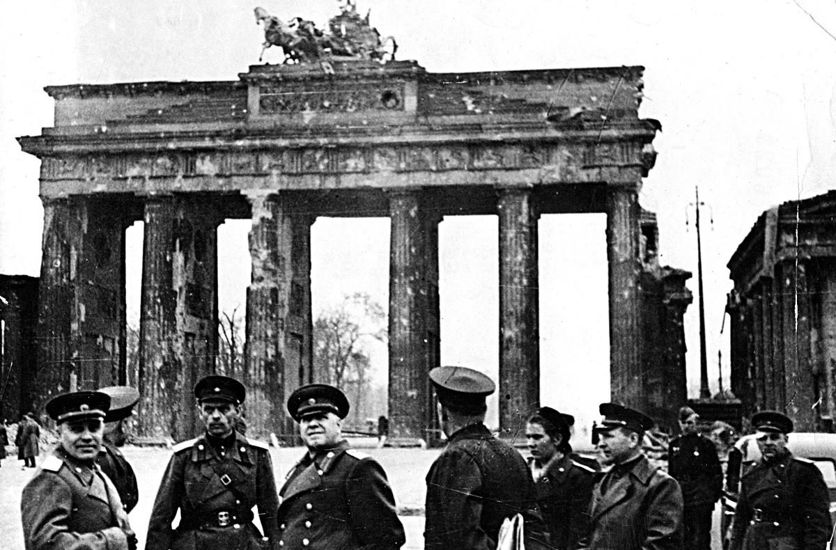 1945年のベルリンでの戦争の開幕。市内観光中にブランデンブルク門を背景に撮影されたゲオルギー・ジューコフ元帥、アーサー・ピーク(赤軍の将校とベルザーリンの通訳)、ニコライ・ベルザーリン(戦後初のベルリン司令官)。