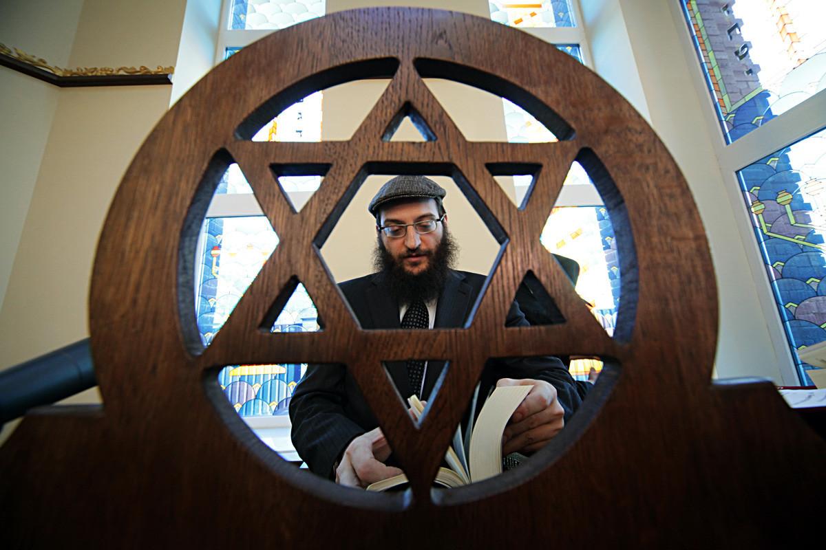O rabino Borukh Gorin na abertura da sinagoga em Malakhova, próximo a Moscou, após reforma do prédio.