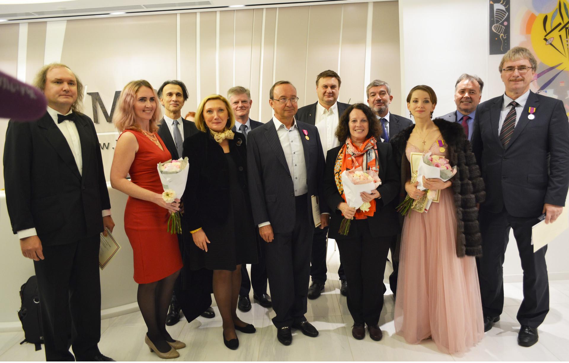 Madame l'ambassadeur Sylvie Bermann, Zoya Arrignon, présidente de la délégation de la Renaissance française, et maître Jean-François Marquaire, en compagnie de lauréats de l'édition 2018 et d'invités d'honneur.