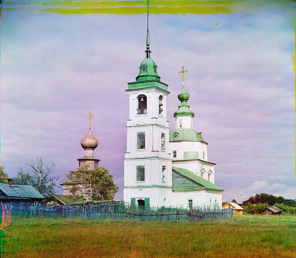 Belozersk. Gereja Syafaat dan menara lonceng, penampakan dari sisi barat daya. Latar belakang kiri: Gereja Nabi Elia. Musim panas 1909.