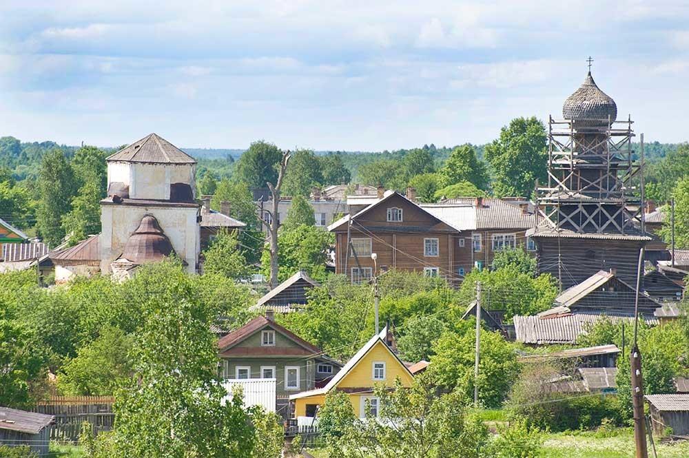 Penampakan barat dari benteng Belozersk. Kiri: Gereja Syafaat. Kanan: Gereja Nabi Elia dalam restorasi. 9 Juni 2010.
