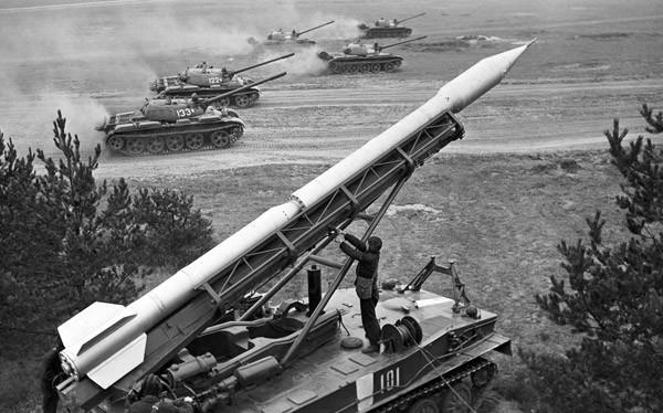 Lanzadora 2P16 para el complejo de misiles Luna, basado en un tanque anfibio ligero PT-76, Unión Soviética, 1966.