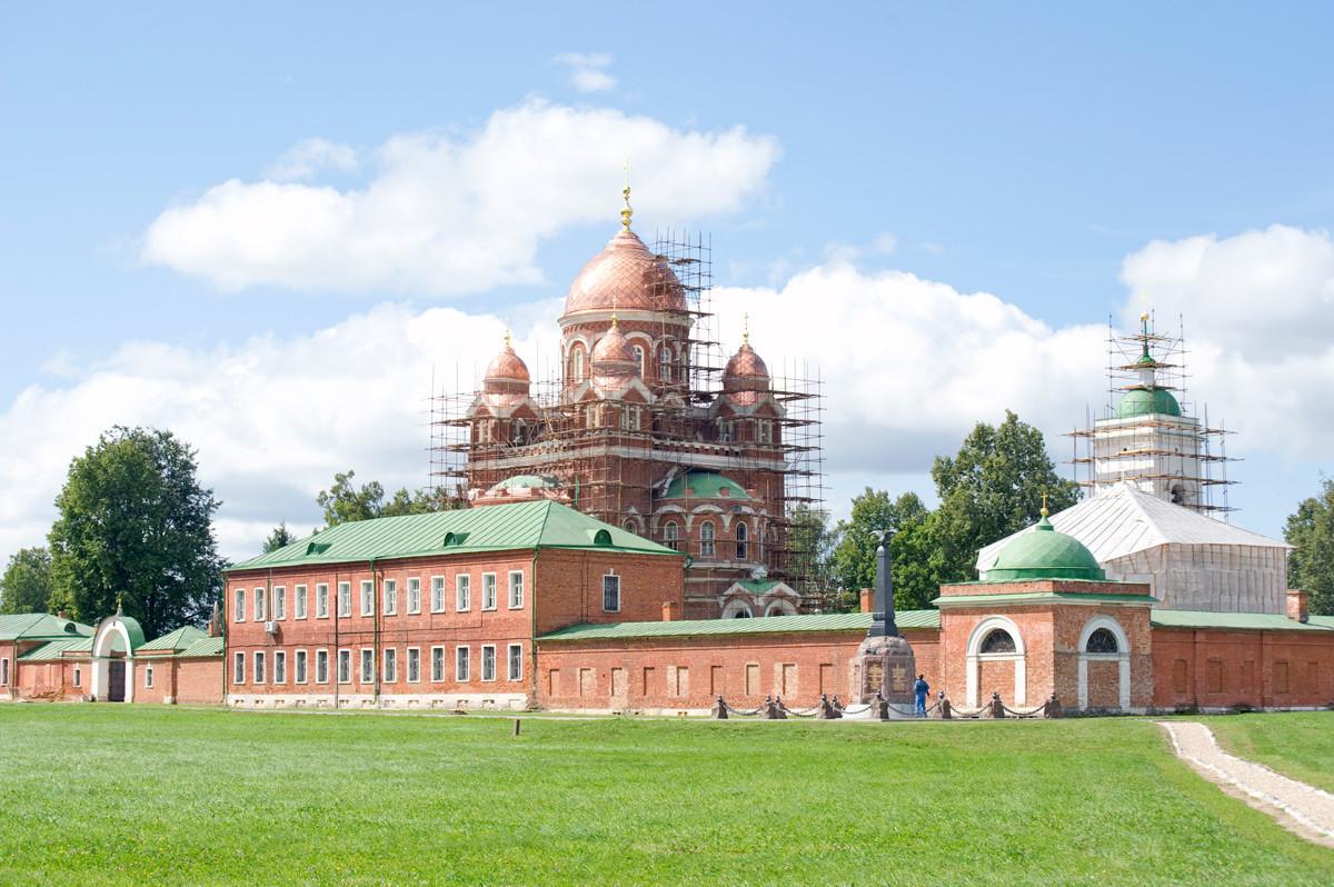 Biara Spaso-Borodino, sudut timur laut. Dari kiri: Biara dan Katedral Ikon Vladimir. Latar depan: Monument untuk Divisi Peluncur Granat Kedua. 21 Agustus 2012.