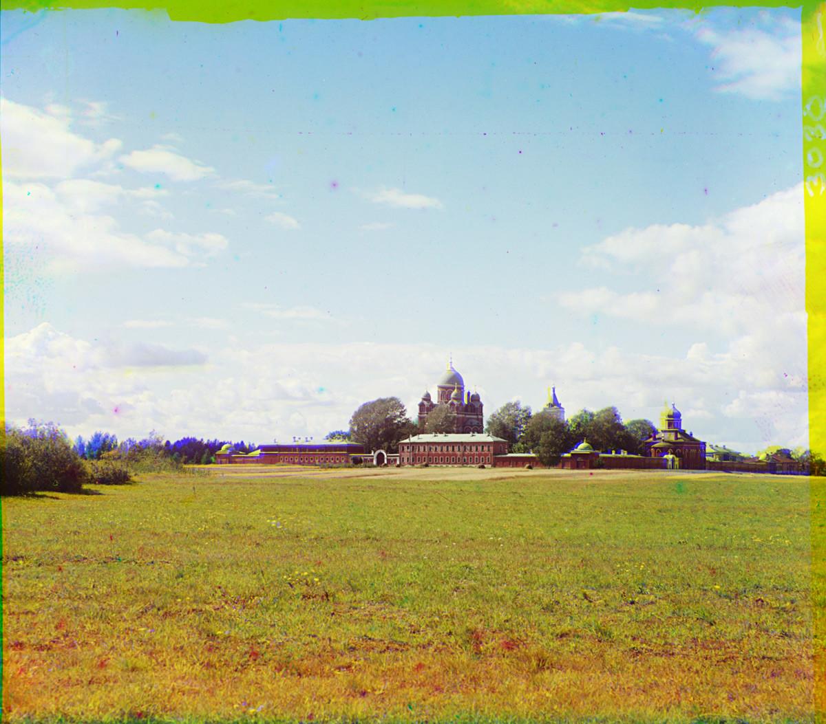 Biara Spaso-Borodino, penampakan timur laut. Dari kiri: Biara Timur, Katedral Ikon Vladimir dan Gereja Pemenggalan kepala Yohanes Pembaptis, penampakan timur laut. Musim panas 1911.