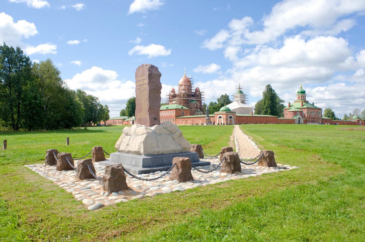 Monumen 1912 untuk Resimen Infantri Murom yang diperintah oleh Jenderal A. A. Tuchkov. Serangan balik Resimen Murom dimulai di sini dan berakhir di lokasi Biara Spaso-Borodino saat ini. 21 Agustus 2012.