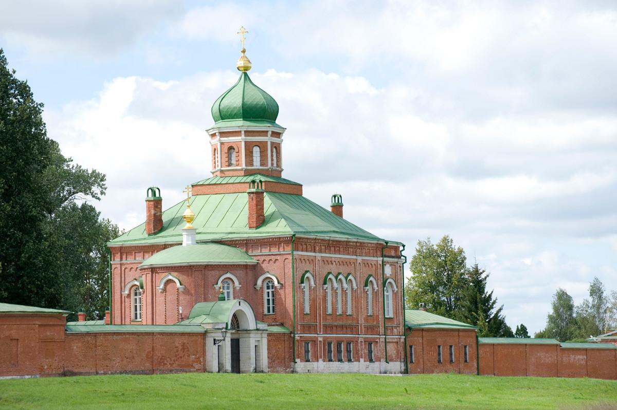 Biara Spaso-Borodino. Gerbang Utara dan Gereja Pemenggalan Yohanes Pembaptis, penampakan timur laut. 21 Agustus 2012.