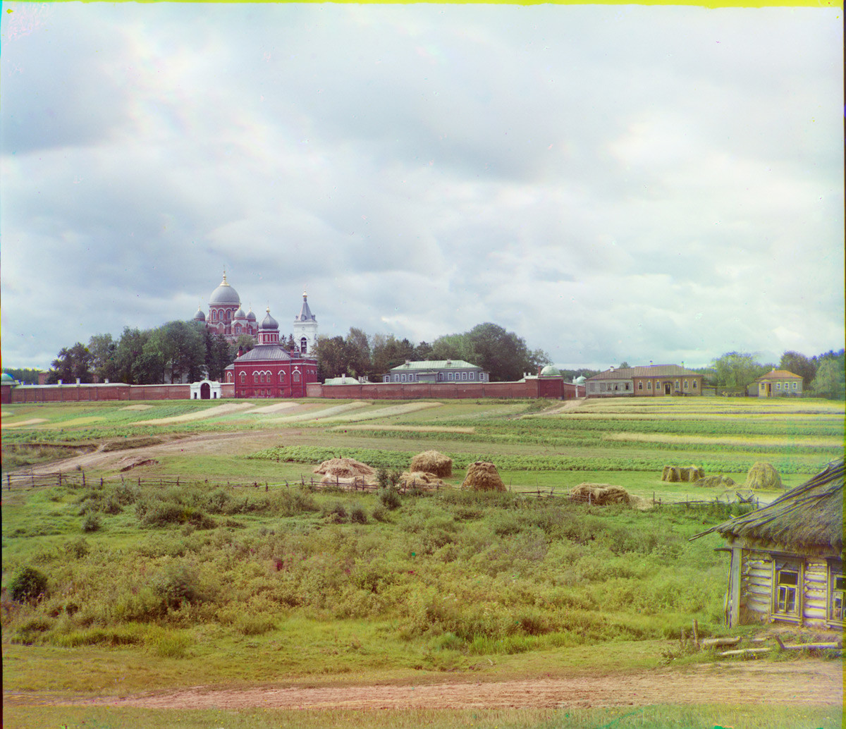 Biara Spaso-Borodino, penampakan utara. Tembok Utara, Gereja Pemenggalan Yohanes Pembaptis dan Katedral Ikon Vladimir (latar belakang). Musim panas 1911.