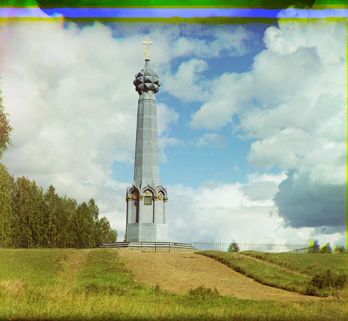 Monumen utama untuk tentara Rusia di Pertempuran Borodino (makam Pangeran Peter Bagration). Didedikasikan pada 1839, dihancurkan pada 1932. Musim panas 1911.